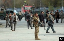 کابل میں سکول کے قریب دھماکے کے بعد سیکیورٹی اہل کار شواہد اکھٹے کر رہے ہیں۔ 8 مئی 2021