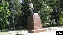 俄印长期保持密切关系,1988年在莫斯科树立的印度圣雄甘地像。俄罗斯积极推动印度加入上海合作组织期望抵制中国影响。