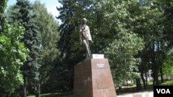 俄印長期保持密切關係,1988年在莫斯科樹立的印度聖雄甘地像。俄羅斯積極推動印度加入上海合作組織期望抵制中國影響