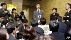 북한에 납치됐다가 귀환한 일본인 하스이케 가오루 씨가 지난 2003년 3월 도쿄에서 일본 의원들과 면담한 후 면담 내용을 기자들에게 설명하고 있다. (자료사진)