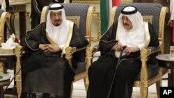 Putra Mahkota Arab Saudi Nayef bin Abdul-Aziz (kanan) dan saudaranya Menteri Keamanan Pangeran Salman bin Abdul-Aziz di Saudi Arabia (Foto: dok). Putra Mahkota Nayef dikabarkan telah tutup usia, Sabtu (16/6)