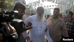 Salahuddin Ahmed, seorang kandidat pemilu dari partai Bangladesh Nationalist Party (BNP) tampak berdarah karena ditikam di Dhaka, hari Minggu (30/12).