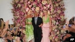 Nhà thiết kế thời trang Oscar de la Renta cùng với hai người mẫu chào khán giả sau một buổi giới thiệu bộ sưu tập Hè 2015 của ông tại Tuần lễ Thời Trang ở New York, ngày 9/9/2014.