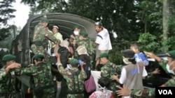 Para anggota TNI mengevakuasi penduduk di Cangkringan, Yogyakarta (foto: dok). Tingkat kesadaran masyarakat Indonesia semakin tinggi dengan bersedia mengikuti berbagai pelatihan menghadapi bencana.