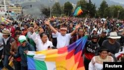 El líder indígena ecuatoriano, Jaime Vargas, levanta los brazos durante una protesta contra las medidas de austeridad del presidente de Ecuador, Lenin Moreno, en Quito, Ecuador, 8 de octubre de 2019. Fotografía tomada el 8 de octubre de 2019. REUTERS / Ivan