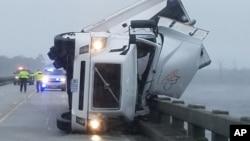 Truk gandeng terjungkal akibat hantaman badai Hermine di Columbia, North Carolina (3/9).