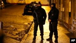 Polisi Belgia mengamankan jalanan di kota Verviers dalam operasi anti-teror di sana, Kamis (15/1).