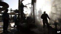 Archivo - Foto tomada el 17 de noviembre del 2007 de una refinería petrolera en Teherán.