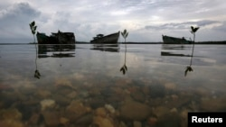 在印度尼西亚纳土纳岛浅海里被印尼当局收缴的外国渔船残骸。(资料照片)