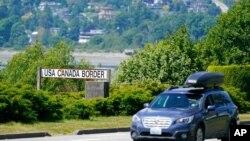 Un auto se acerca a un punto fronterizo entre EE. UU. y Canadá en Blaine, Washington, el 8 de junio de 2021.