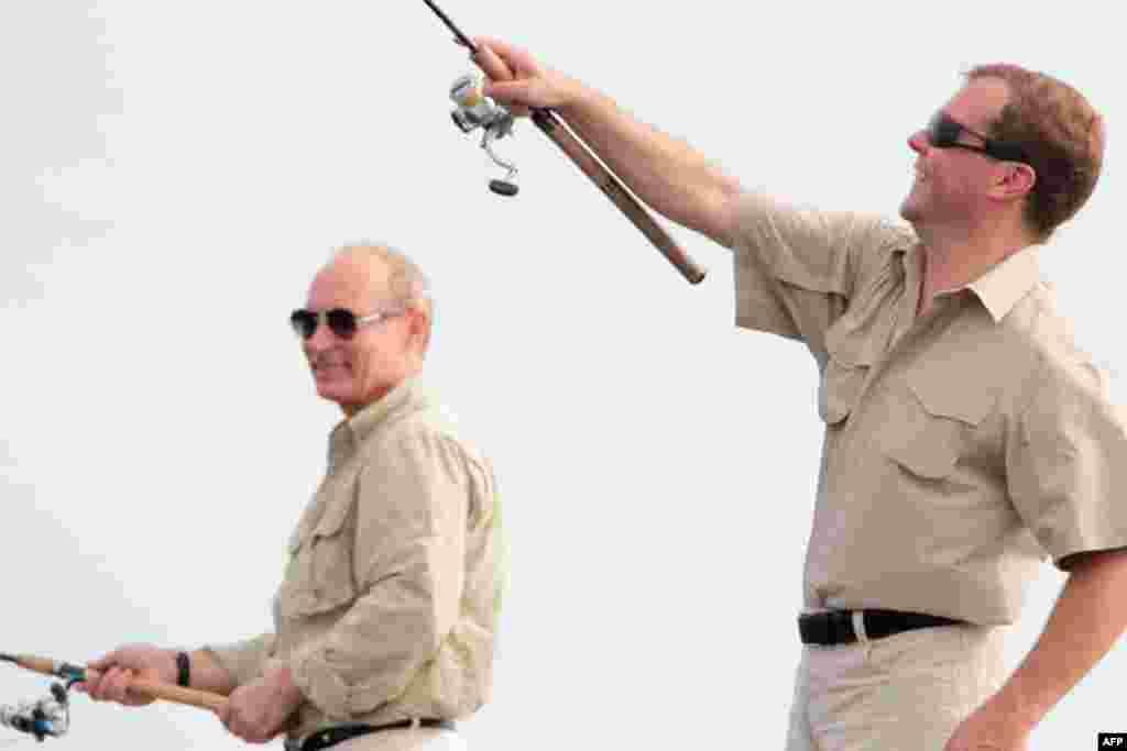 Праворуч: президент та прем'єр Росії насолоджуються риболовлею на Волзі
