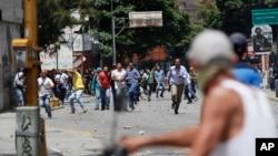 7月21日委內瑞拉首都加拉加斯反對派抗議者和警察等支持者發生了衝突。