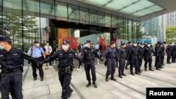 保安组成人链阻止抗议人群进入位于广东深圳的恒大集团总部大楼。(2021年9月13日)