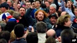 Foto de archivo, martes 01 de marzo 2016, un manifestante es escoltado fuera de un evento del entonces candidato presidencial republicano Donald Trump en Louisville, Kentucky.