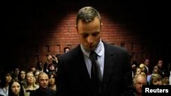 ທ້າວ Oscar Pistorius ຢືນກົ້ມໜ້າ ລໍຖ້າການຕັດສິນ ຈາກສານວ່າ ຈະໄດ້ຮັບການອະນຸຍາດ ໃຫ້ປະກັນໂຕຫລືບໍ່.