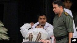 Cựu Tổng thống Ai Cập Hosni Mubarak, 85 tuổi, được các nhân viên y tế đẩy đi trên xe đẩy người bệnh ở Cairo, Ai Cập, ngày 25/8/2013.