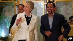 아시아 순방의 일환으로 6일 브루나이를 방문한 힐러리 클린턴 미 국무장관(왼쪽)과 하사날 볼키아 브루나이 국왕.