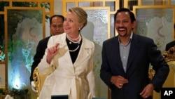 Menteri luar negeri AS Hillary Rodham Clinton bersama Sultan Hassanal Bolkiah dari Brunei. (AP/Jim Watson)