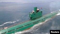 北韓領導人金正恩登上潛艇,視察朝鮮人民軍海軍167部隊。(資料照)