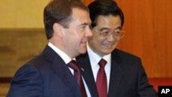 인민대회당 회담장으로 들어가는 메드베데프 러시아 대통령(좌)과 후진타오 중국주석