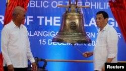 菲律賓總統杜特爾特(右)與國防部長洛倫扎納2018年12月15日出席大鐘歸還儀式(路透社)