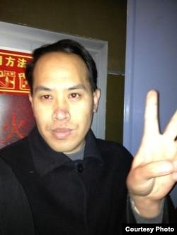 揮拳打李承鵬的山東律師尹國明(網友微博圖片/五岳散人)