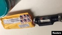 "Sebuah paket berisi ""alat peledak,"" menurut polisi, diterima di Time Warner Center, yang menjadi lokasi biro CNN New York, tampak dalam gambar yang dirilis 24 Oktober 2018."