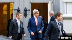 ABD Dışişleri Bakanı John Kerry Viyana'da bir görüşmeden çıkarken