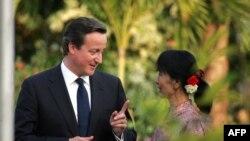 Britanski premijer Dejvid Kameron u razgovoru sa liderkom burmanske opozicije Aung San Su Ći u bašti njene kuće na jezeru u blizini Ranguna