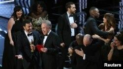"""Người dẫn chương trình Jimmy Kimmel và nam diễn viên Warren Beatty cười sau khi đính chính giải Oscar cho Phim hay nhất là 'Moonlight' thay vì 'La La Land."""""""