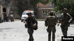 지난 6월 아프가니스탄 카불 외곽의 한 호텔에서 일어난 테러 현장을 수색하는 나토군. (자료사진)