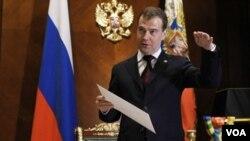 Presiden Rusia Dmitry Medvedev, sebelum menghadiri pertemuan di luar Moskow, Selasa 22 Februari 2011.