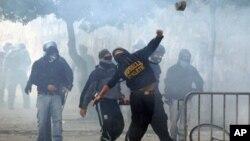 罗马的示威者在10月15日的抗议中投掷石块