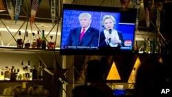 지난 2016년 10월 미국 멕시코시티의 식당 TV화면에 2016 대선 당시 공화당 후보였던 도널드 트럼프와 민주당 후보 힐러리 클린턴이 보인다.