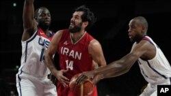 Košarkaši Irana i SAD tokom utakmice na Olimpijskim igrama. (Foto: AP/Eric Gay)