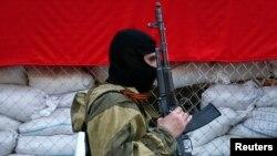 Dân quân vũ trang thân Nga canh gác gần văn phòng thị trưởng ở Slaviansk, ngày 23/4/2014. Các giới chức Nga lại một lần nữa nói rằng binh sĩ Nga không hề có mặt ở Ukraine.