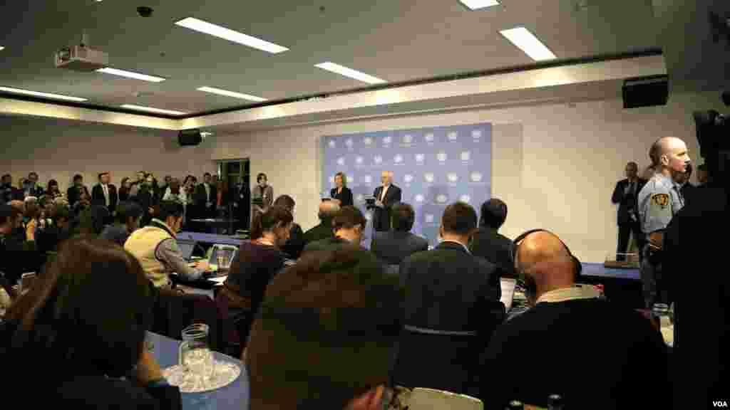 با اینکه خبرنگاران از ده صبح به وقت محلی منتظر بودند، ساعت حدود یازده شب، مقام های آژانس، ایران، آمریکا و اتحادیه اروپا آمدند.