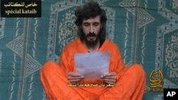 Dalam video yang dirilis di sebuah situs milik militan Somalia bulan Juni 2010 ini, Denis Allex membacakan surat permohonan pembebasan dirinya dari tangan militan al-Shabab (Foto: video grab/dok). Para militan al-Shabab menculik Denis Allex sejak Juli 2009, dan dikabarkan telah memutuskan untuk mengeksekusinya dalam sebuah pernyataan yang diumumkan hari Rabu, 16 Januari 2013.