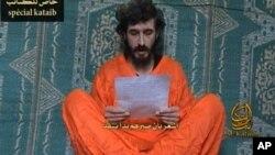 ໃນຮຸບທີ່ບໍ່ມີວັນທີ ທີ່ຂັດອອກຈາກວີດິໂອ ທີ່ອອກຢູ່ໃນເວັບໄຊ໌ຂອງພວກຫົວຮຸນແຮງ ອິສລາມແລະນໍາອອກເຜີຍແຜ່ ໃນວັນພຸດ ທີ 9 ມິຖຸນາ 2010 ຜູ້ຊາຍທີ່ເປັນພະນັກງານຮັກສາ ຄວາມປອດໄພຂອງຝຣັ່ງ ທ່ານ Denis Allex ໄດ້ອ່ານໃບຮ້ອງຂໍໃຫ້ຖືກປ່ອຍຈາກການກັກຂັງຂອງກຸ່ມຫົວຮຸນແຮງ al-Shabaab ຊອງໂຊມາເລຍ.