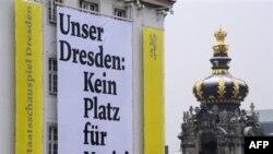 """Надпись на плакате гласит: """"В нашем Дрездене нет места нацистам!"""""""