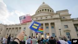 31일 미국 알칸소 주 리틀락 시 주의회 건물 앞에서 종교자유법 통과에 항의하는 시위대가 거리행진을 벌이고 있다.