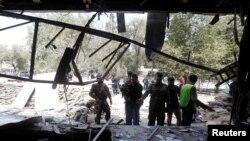 Avganistanske bezbednosne snage istražuju mesto napada bombaša samoubioce u Kabulu, Avganistan, 29. avgusta 2017.