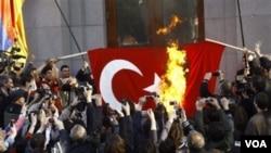 Warga Armenia membakar bendera Turki dalam peringatan 96 tahun pembunuhan massal oleh bangsa Turki.