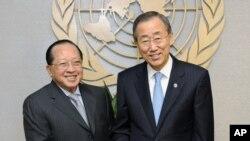 លោកអគ្គលេខាធិការអង្គការសហប្រជាជាតិ Ban Ki-moon ជួបជាមួយលោករដ្ឋមន្ត្រីការបរទេស ហោ ណាំហុង កាលពីថ្ងៃទី២៧ខែកញ្ញាឆ្នាំ២០១០នៅទីក្រុងញូវយ៉ក។