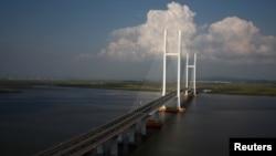 尚未完工的新鸭绿江大桥,链接辽宁丹东新区和朝鲜新义州(2016年9月11日)
