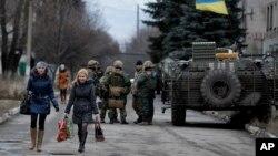 Binh sĩ chính phủ Ukraine trong làng Debaltseve, vùng Donetsk, miền đông Ukraine. Hòa đàm nhằm đạt được thỏa thuận ngưng bắn giữa lực lượng chính phủ và các nhóm võ trang thân Nga, 12/14/14