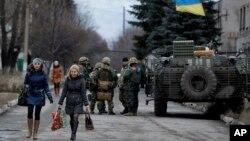 24일 우크라이나 동부 도네츠크 인근 마을에 정부군 탱크와 군인들이 모여있다. (자료사진)