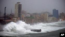 Sóng lớn do Irma gây ra ập vào đê chắn sóng ở Havana, Cuba, hôm 9/9.