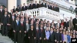 美国第112届国会新成员1月4日在国会山集体合影