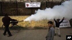 Fumigación en Dehli contra el mosquito transmisor de la malaria. La lucha contra esta enfermedad se ha estancado mundialmente por la falta de fondos para trabajar.